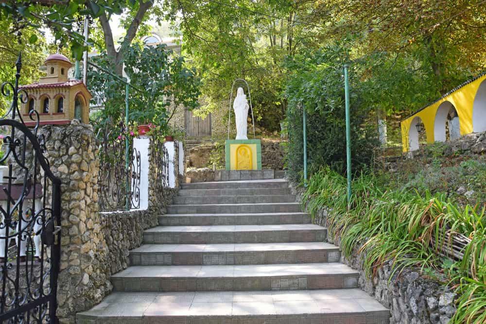 Saharna Köyü ve Tipova Manastırı