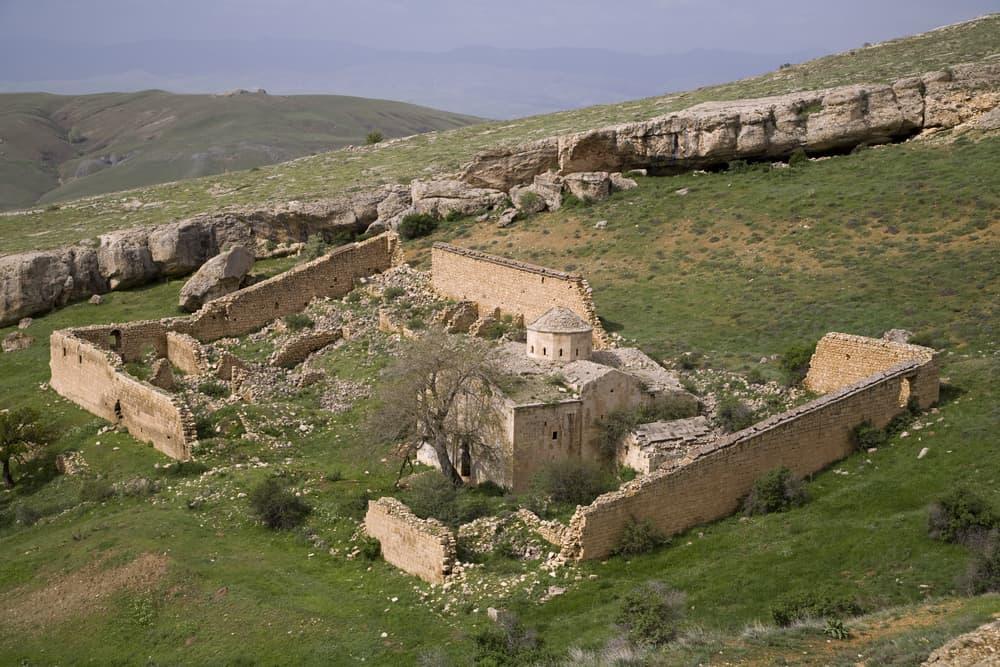 Abrenk (Vank) Kilisesi ve Dikitleri Erzincan