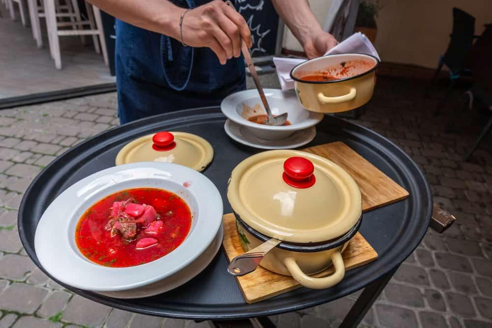 Ukrayna borscht yemeği