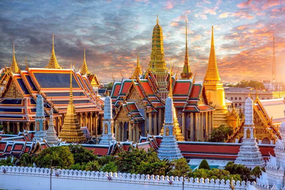 Bangkok, Tayland günbatımında büyük saray ve Wat phra keaw