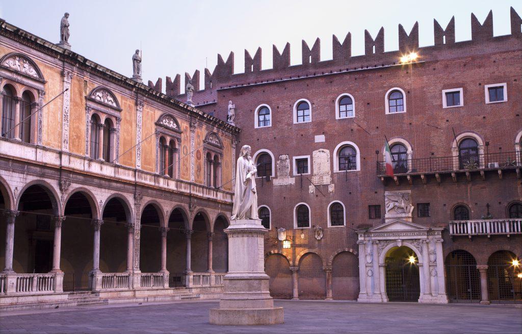 Beyler Meydanı (Piazza Dei Signori) ve Dante Heykeli- Verona İtalya