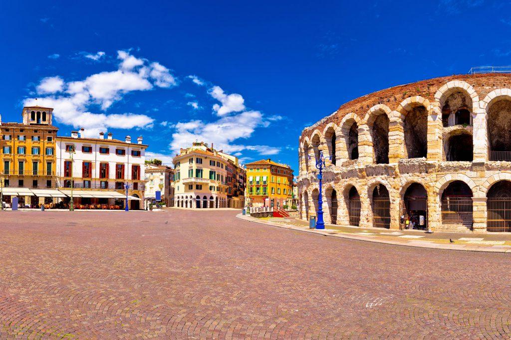 Bra Meydanı (Piazza Bra) ve Verona Arenası- İtalya