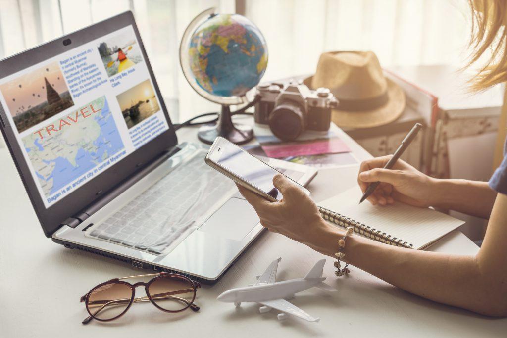 Tek Başına Seyahat Eden Kadınlar İçin İpuçları Gideceğiniz yeri derinlemesine araştırın