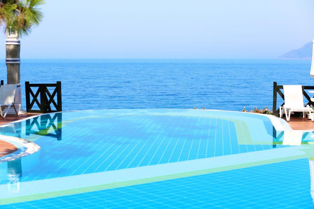 Deniz manzaralı havuzlu villa